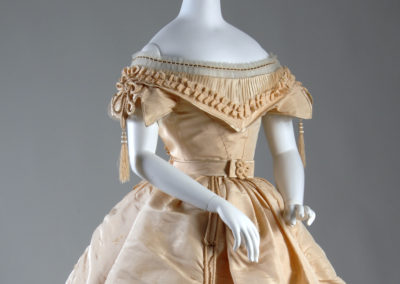 1865 – Cream silk taffeta evening dress