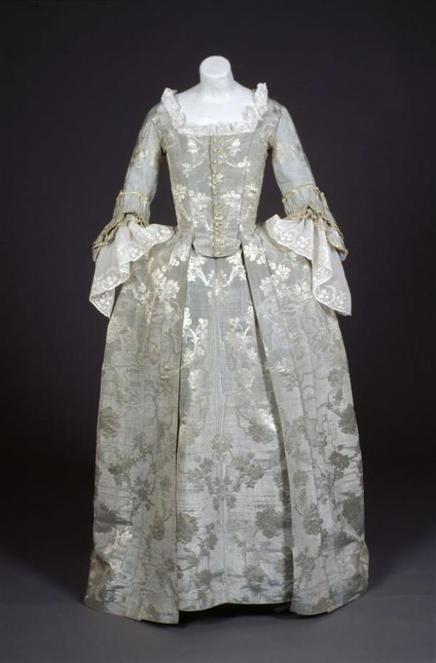 Fitted gown (Robe ajustée)